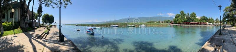 Onde panorama da reunião do rio do lago Ohrid e do Drim fotos de stock