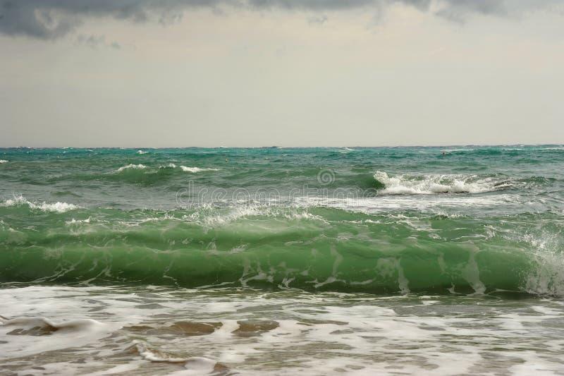 Onde prima della tempesta sul mare fotografie stock