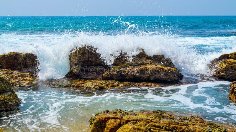 Onde a Rocky Beach fotografie stock