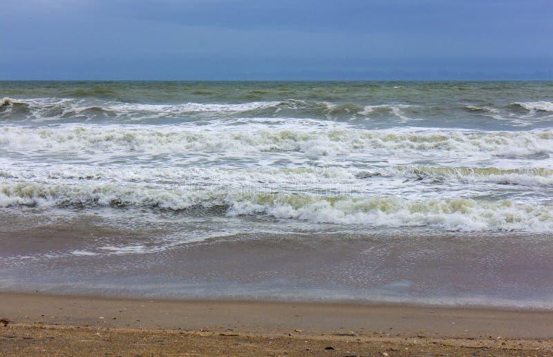 Onde sopra l'Oceano Atlantico fotografia stock libera da diritti