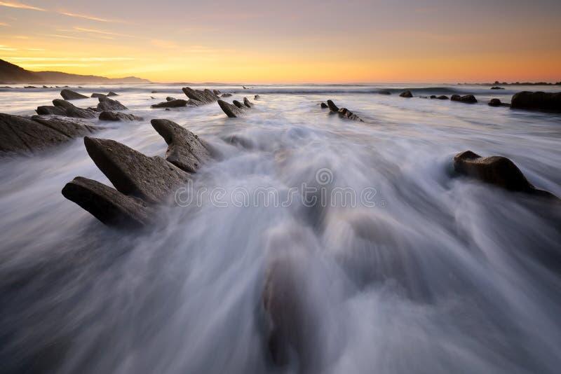 Onde sopra la spiaggia Guipuzkoa, Paese Basco di Sakoneta fotografia stock