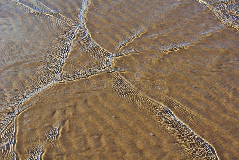 Onde su una spiaggia sabbiosa fotografie stock libere da diritti