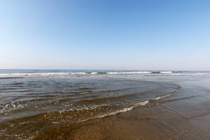Onde sull'Oceano Atlantico, spiaggia di tramonto, Nord Carolina immagine stock libera da diritti