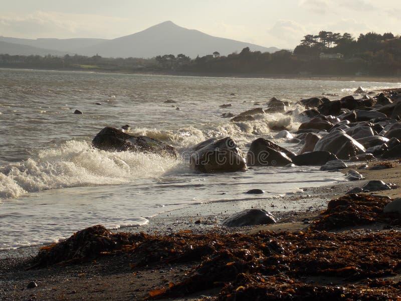 Onde sulla spiaggia di Killiney fotografie stock libere da diritti