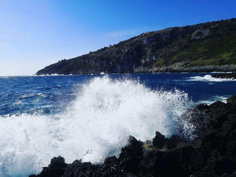Onde sulle rocce in Italia fotografia stock