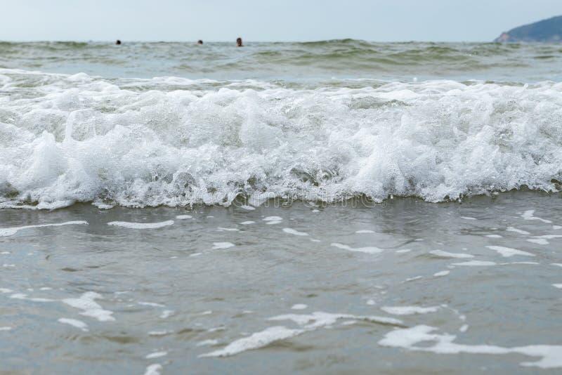 Onde sur la plage sablonneuse image stock