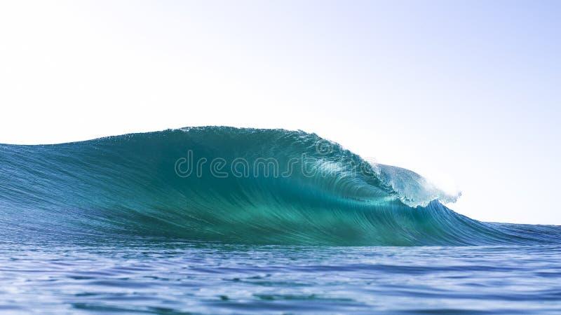 Ondeggi circa per rompersi con colore di acqua stupefacente fotografia stock