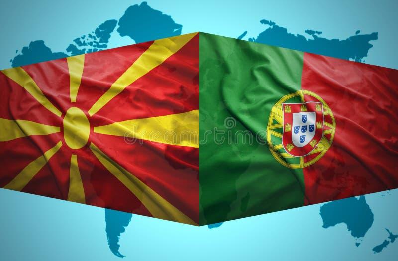 Ondeggiamento delle bandiere macedoni e portoghesi illustrazione vettoriale