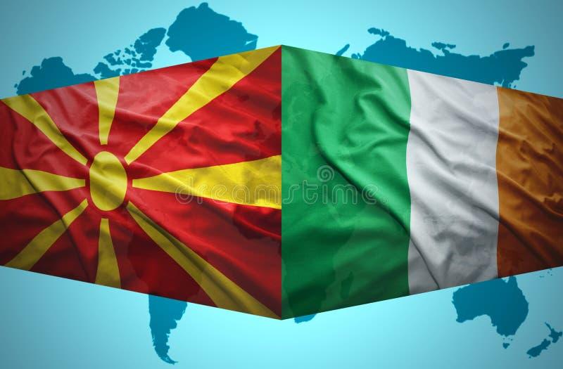 Ondeggiamento delle bandiere macedoni ed irlandesi illustrazione vettoriale