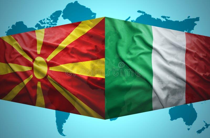 Ondeggiamento delle bandiere macedoni ed italiane royalty illustrazione gratis