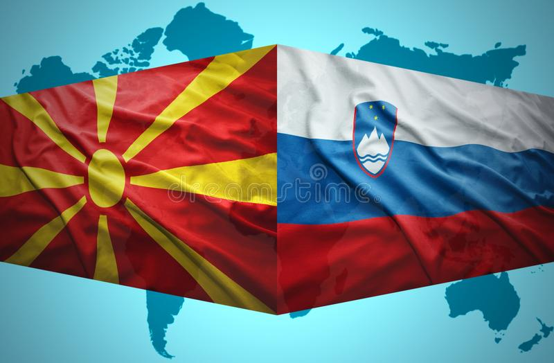 Ondeggiamento delle bandiere slovene e macedoni illustrazione di stock