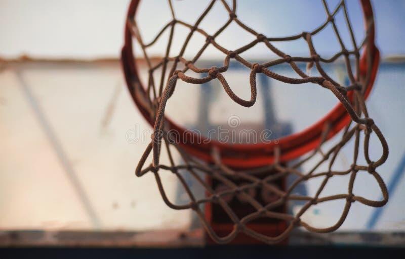 Onder de Basketbalhoepel stock foto