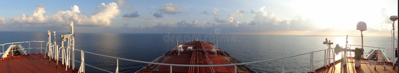 Onder de blauwe hemel en de witte wolken, overzees die over de olietanker, gecombineerd VLCC varen royalty-vrije stock afbeeldingen