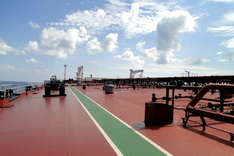 Onder de blauwe hemel en de witte wolken, overzees die over de olietanker, gecombineerd VLCC varen royalty-vrije stock afbeelding