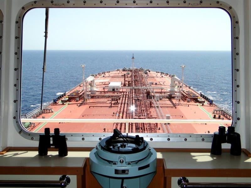 Onder de blauwe hemel en de witte wolken, overzees die over de olietanker, gecombineerd VLCC varen stock afbeeldingen
