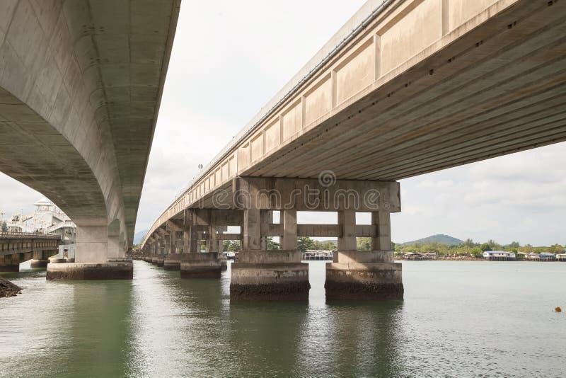 Onder de brug en overzees stock foto