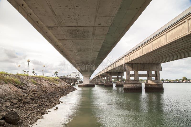 Onder de brug en overzees royalty-vrije stock fotografie
