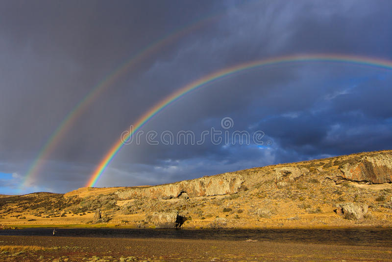 Onder de dubbele regenboog royalty-vrije stock foto's