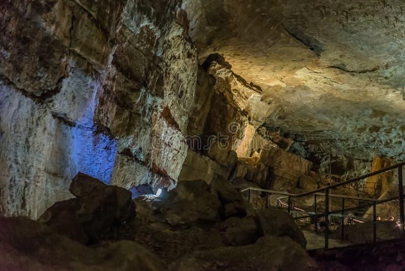 Onder de grond Mooie mening van stalactieten en stalagmieten in een ondergronds hol - Nieuw Athos Cave heilig stock foto's