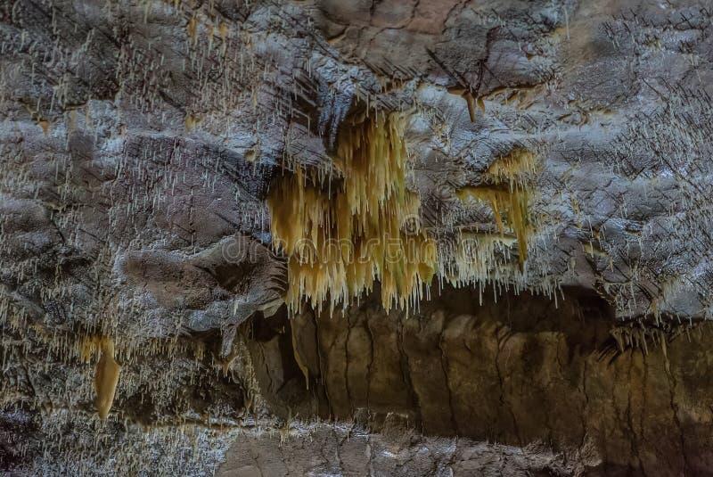 Onder de grond Mooie mening van stalactieten en stalagmieten in een ondergronds hol - Nieuw Athos Cave heilig stock afbeelding