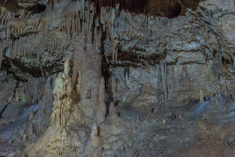 Onder de grond Mooie mening van stalactieten en stalagmieten in een ondergronds hol - Nieuw Athos Cave heilig royalty-vrije stock afbeeldingen