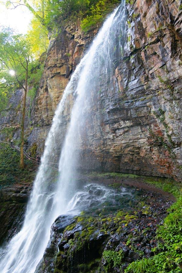 Onder de grote Reus van de wilderniswaterval tropisch landschap van Abchazië verticaal royalty-vrije stock foto