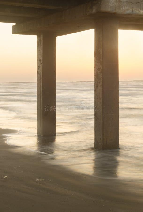 Onder de Pijler bij zonsopgang of zonsondergang royalty-vrije stock fotografie