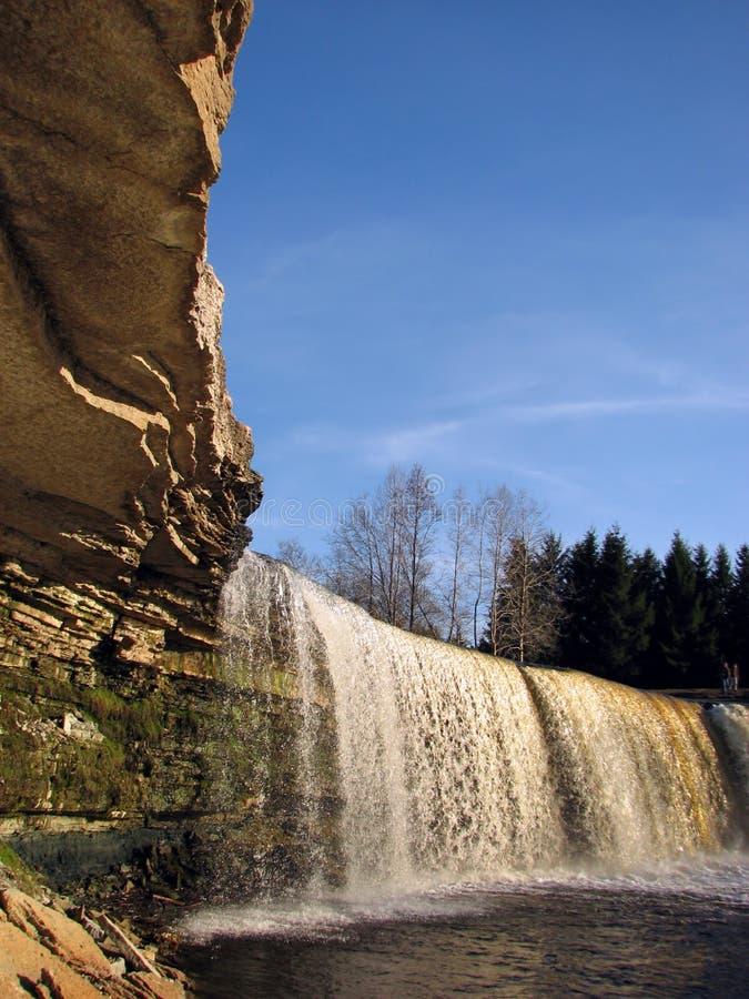 Onder de waterval stock fotografie