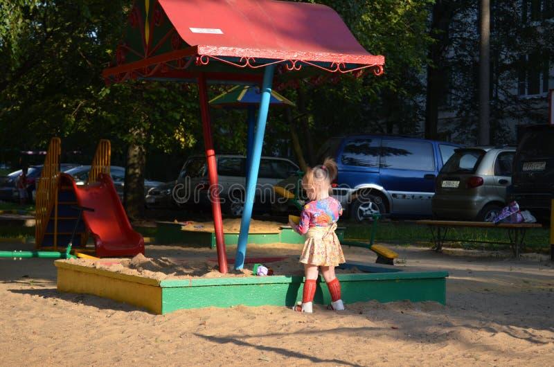 Onder de zon op de Speelplaats stock afbeelding