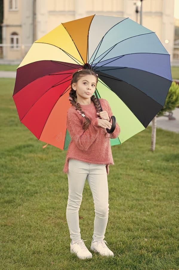 Onder grote paraplu Kleurrijke toebehoren voor vrolijke stemming Het haar van het meisjeskind lang het lopen park met paraplu Ver stock afbeelding