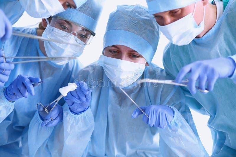 Onder mening van chirurgen die medische instrumenten houden stock fotografie