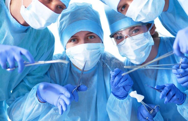 Onder mening van chirurgen die medische instrumenten houden royalty-vrije stock foto