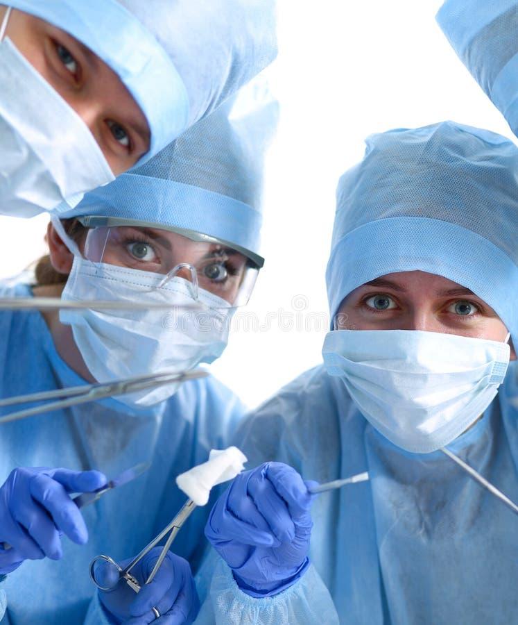 Onder mening van chirurgen die medische instrumenten houden royalty-vrije stock afbeelding