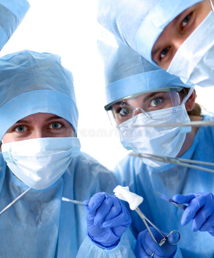 Onder mening van chirurgen die medische instrumenten houden stock foto