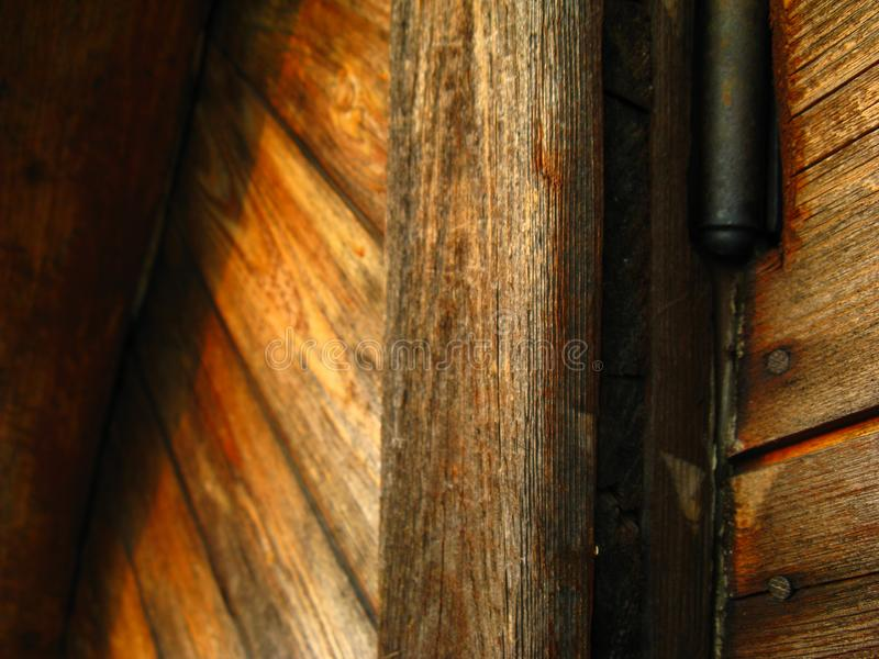 Onder ogen ziend de buitenmuur met houten planken diagonaal, visgraat met spijkers stock fotografie