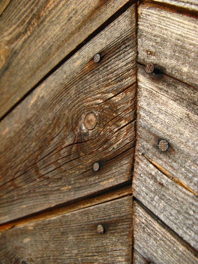 Onder ogen ziend de buitenmuur met houten planken diagonaal, visgraat met spijkers stock afbeelding