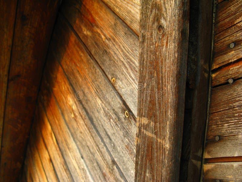 Onder ogen ziend de buitenmuur met houten planken diagonaal, visgraat met spijkers royalty-vrije stock foto