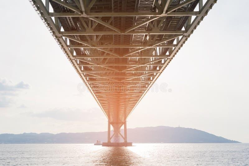 Onder staalhangbrug over oceaan royalty-vrije stock foto