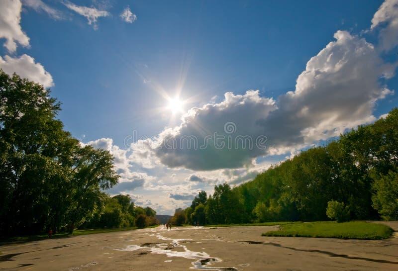 Onder zonnige hemel stock foto's