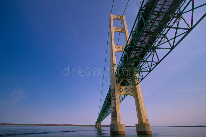 Onderaan de Machtige Mackinaw-Brug in Michigan stock foto's