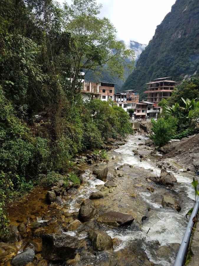 Onderaan de rivier naar Aguas Caliente royalty-vrije stock foto