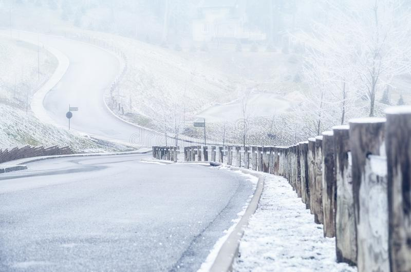 Onderaan de weg op een heuvel in de winter royalty-vrije stock afbeeldingen