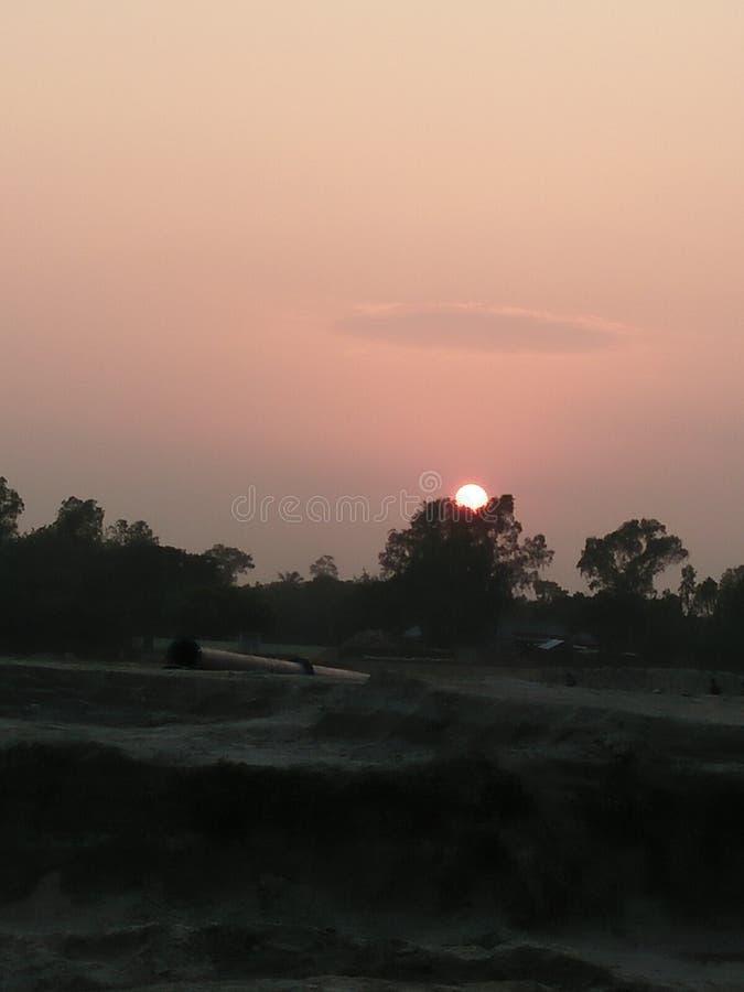 onderaan de zon stock afbeeldingen