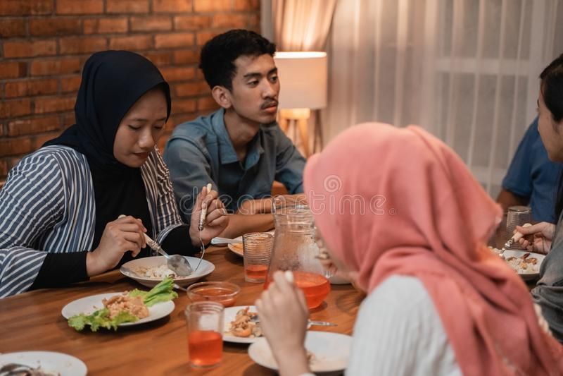 Onderbreking het vasten of bukapuasa op ramadan kareem royalty-vrije stock afbeeldingen
