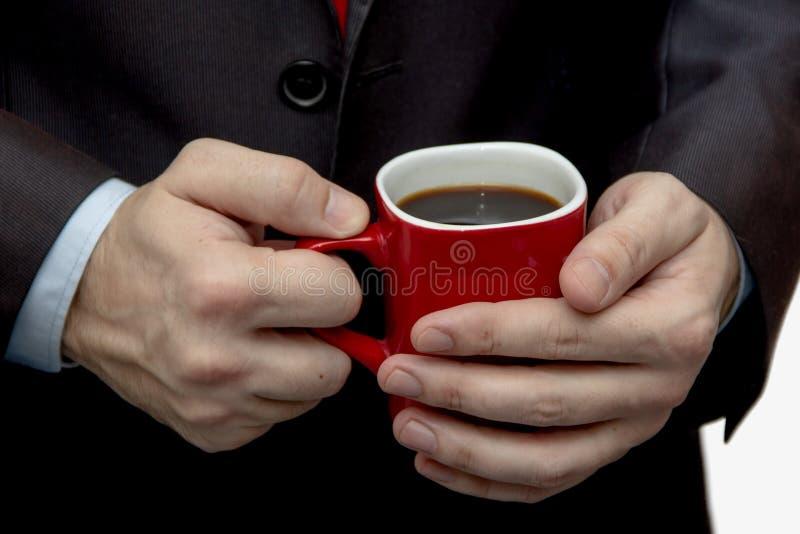 Onderbreking met een in hand Kop van koffie, rode mok, bedrijfsmens stock foto