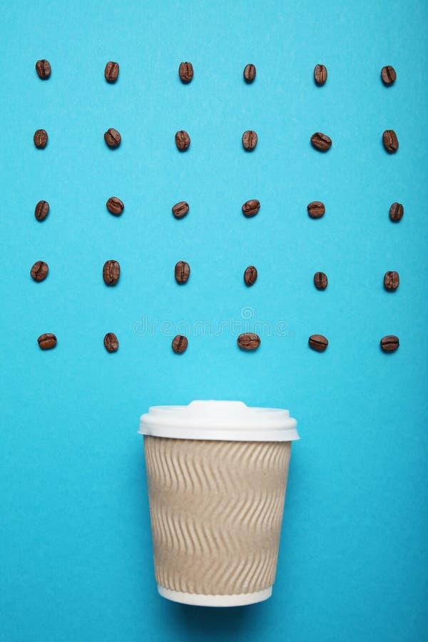 Onderbreking voor koffie, bonen en document kop stock foto