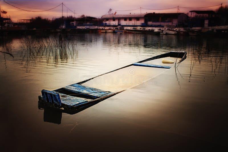 Ondergedompelde boot in de rivier stock foto