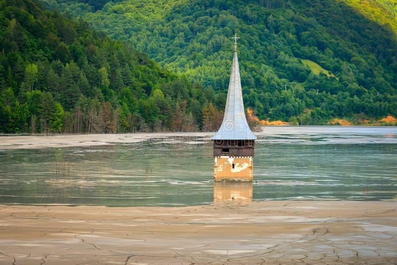 Ondergedompelde kerk in verontreinigd meer in Geamana, Roemenië stock foto