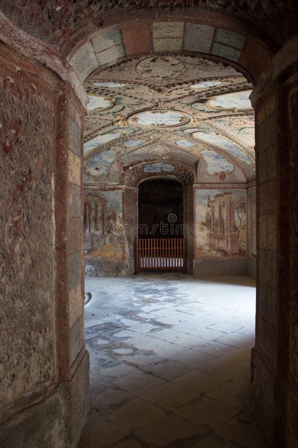 Ondergrondse die ruimte in château van fonteinen door daglicht worden aangestoken stock foto's