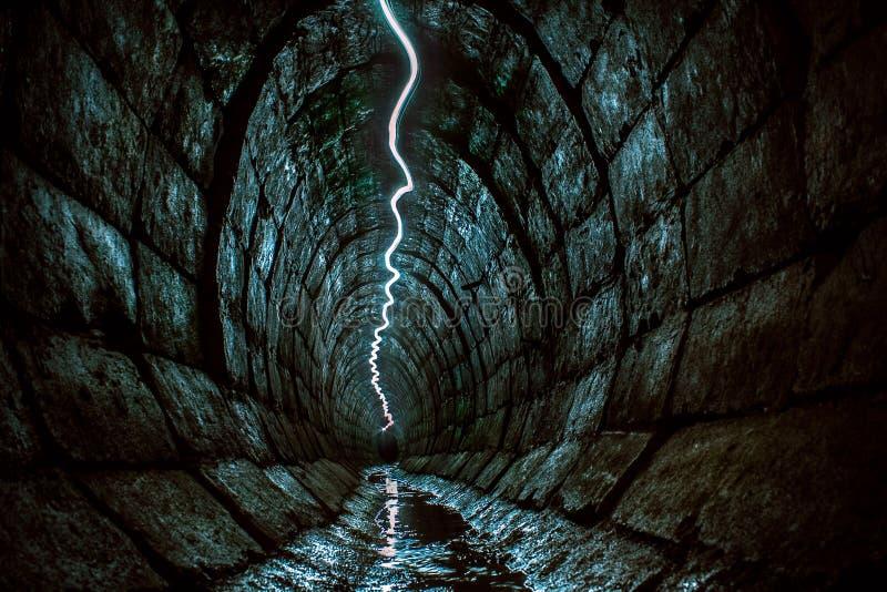 Ondergrondse die tunnel van de ogen van gewone mensen wordt verborgen royalty-vrije stock afbeeldingen